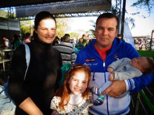 Claudete, Gabriela, Leonir e o recém-nascido Gustavo, de Arroio do Meio, prestigiaram a feira no domingo