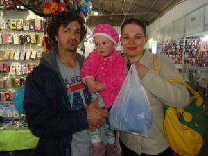 Ana Claudinéia Zieck (3ª e/d) comprou uma bolsa e aproveitou a feira com a família